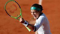 Vítězné gesto Lotyšky Jeleny Ostapemkové ve čtvrtfinále French Open.