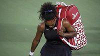 Zklamaná Serena Williamsová opouští kurt po porážce s Ukrajinkou Jelinou Svitolinovou.