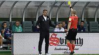 Trenér Slovácka dostává žlutou kartu od rozhodčího Jana Petříka.