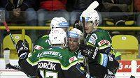 Hokejisté Karlových Varů se radují z gólu proti Litvínovu.