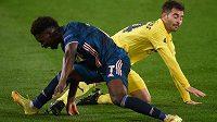 Bukayo Saka (vlevo) z Arsenalu v souboji s Manu Triguerosem z Villarrealu.