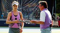 Kanadská tenistka Eugenie Bouchardová při tréninku s Jimmym Connorsem v areálu US Open v New York City.