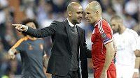 Trenér Bayernu Pep Guardiola a záložník Arjen Robben během středečního utkání na Santiago Bernabéu.