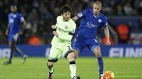 Fotbalista Leicesteru City Gökhan Inler v souboji s Davidem Silvou z Manchesteru City v utkání 19. kola Premier League.