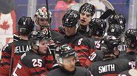 Hokejisté Kanady se radují z vítězstvínad USA na MS do 20 let.
