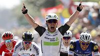 Britský spurtér Mark Cavendish se raduje z vítězství v úvodní etapě letošní Tour de France.