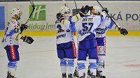 Hokejisté Komety Brno se radují z branky do pardubické sítě.