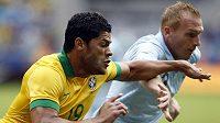 Brazilec Hulk (vlevo) v souboji s Jeremy Mathieu z Francie.