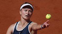 Česká tenistka Barbora Krejčíková servíruje ve čtvrtfinále French Open.