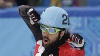 Kanaďan Charles Hamelin ze raduje ze zlaté medaile v shorttracku na 1500 metrů.