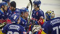 Hokejisté Budějovic se radují z vítězství nad Třincem.