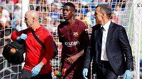 Barcelonský Ousmane Dembele je ošetřován během duelu s Getafe.