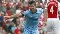 Sergio Agüero z Manchesteru City se raduje z branky, kterou vstřelil na hřišti Arsenalu.