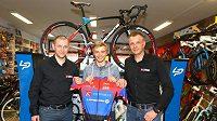 Karel Hník (uprostřed) se sportovním ředitelem týmu Topforex-Lapierre, jímž je René Andrle (vlevo) a majitelem stáje Radimem Kijevským.