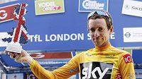 Bradley Wiggins s trofejí pro vítěze Kolem Británie