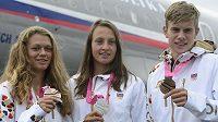 Amálie Hilgertová (vlevo) spolu s dalšími kanoisty Martinou Satkovou a Kryštofem Hájkem po návratu z olympiády mládeže.