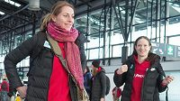 Eliška Klučinová před odletem na halové mistrovství světa do Birminghamu, vpravo její vícebojařská kolegyně Kateřina Cachová.