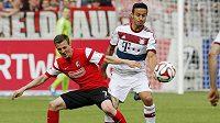 Vladimír Darida z Freiburgu (vlevo) bojuje o míč s Thiagem z Bayernu Mnichov.