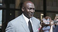 Michael Jordan odchází ze soudní síně.