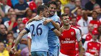 Obránce Manchesteru City Martín Demichelis (26) a David Silva se radují z vyrovnávacího gólu na hřišti Arsenalu.