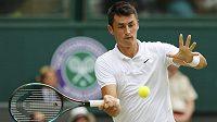 Bernard Tomic během zápasu proti Novaku Djokovičovi během letošního Wimbledonu.