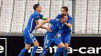 Vladimír Coufal (uprostřed) se raduje z gólu, který vstřelil do sítě Olympique Marseille.