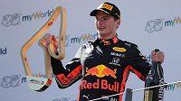 Max Verstappen oslavuje svůj triumf ve Velké ceně Rakouska vozů formule 1.