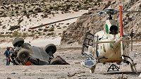Převrácený vůz Sebastiena Loeba na trati osmé etapy Rallye Dakar.