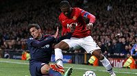 Kapitán Manchesteru United Patrice Evra se snaží obejít Nikose Vergose z Olympiakosu.