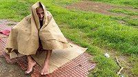 Samir Singh se ukrývá před náhlou průtrží mračen při svém ranním stokilometrovém výběhu.