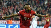 Arturo Vidal z Bayernu jásá po gólu proti Benfice v semifinále LM.