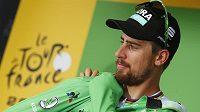 Peter Sagan si obléká zelený trikot určený pro lídra bodovací soutěže.