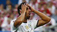 Německý reprezentant Sami Khedira reaguje po nepřesné střele proti Polsku.