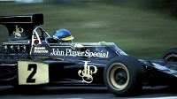 Švédský pilot Ronnie Peterson v kokpitu Lotusu.