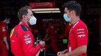 Sebastian Vettel (vlevo) a Charles Leclerc.