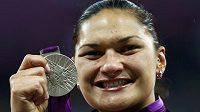 Novozélandská koulařka Valerie Adamsová se stříbrnou medailí. Po diskvalifikaci dopující Bělorusky Ostapčukové se má dočkat zlata.