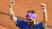 Francouz Arnaud Clement se raduje z vítězství nad Alexem Bogomolovem v prvním kole French Open.