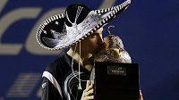 Španěl David Ferrer s trofejí pro vítěze turnaje v Acapulku.
