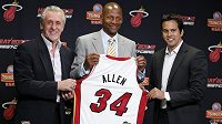 Výborný střelec z dálky Ray Allen pózuje s dresem Heat po přestupu do Miami. Vlevo prezident klubu Pat Riley, vpravo kouč Erik Spoelstra.