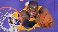 Kobe Bryant z Lakers v zápase proti Sacramentu.