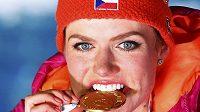 Je pravá! Gabriela Koukalová zkouší pravost zlaté medaile z Hochfilzenu poté, co vyhrála na mistrovství světa sprint na 7,5 kilometru.