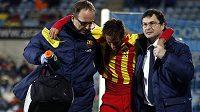 Zraněný Brazilec Neymar opouští za pomoci lékařů trávník v pohárovém utkání s Getafe.