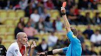 Andrea Raggi z Monaka dostává v duelu Rennes červenou kartu.