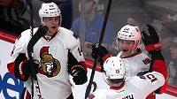 Hokejisté Ottawy se radují z gólu proti Montrealu. Zleva střelec branky Colin Greening, Zack Smith a Erik Condra.