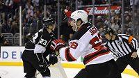 Útočník New Jersey Devils Jaromír Jágr se raduje z rozhodujícího gólu na ledě Los Angeles Kings.