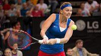 Petra Kvitová v zápase s Marií Šarapovovou ve finále Fed Cupu v Praze.