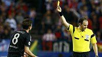 Sudí Jonas Eriksson uděluje žlutou karti Fankovi Lampardovi z Chelsea.