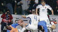 Fotbalisté Slovenska se radují ze vstřelení gólu proti Španělsku. Druhý zleva je autor druhé branky Miroslav Stoch.