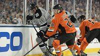 Anže Kopitar (11) z Los Angeles je největší slovinskou hvězdou, na snímku bojuje s Markem Fistricem (28) z Anaheimu při jednom z venkovních zápasů NHL.