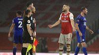 Kopl mě do hlavy a nic se neděje? diví se před rozhodčími fotbalista Arsenalu Shkodran Mustafi po zákroku Jamieho vardyho z Leicesteru.